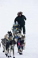Jeff King Runs Uphill @ Yukon River into Kaltag Chkpt Iditarod 2005