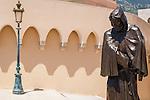 Principality of Monaco, on the French Riviera (Côte d'Azur), district Monaco-Ville: near Prince's Palace of Monaco statue of Francois Grimaldi | Fuerstentum Monaco, an der Côte d'Azur, Stadtteil Monaco-Ville: Denkmal des Francois Grimaldi vor dem Fuerstenpalast, der 1297 als Mönch verkleidet den Felsen von Monaco erobert hat