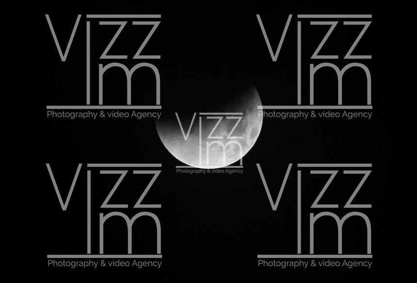 "AUTOPISTA AL NORTE BOGOTA -COLOMBIA. 15-04-2014. Eclipse lunar observado desde Colombia y es el primero de la tétrada de ""Lunas Rojas"" que se repetirá cada seis meses en un lapso de año y medio./ Aspect of the lunar eclipse seen from Colombia and is the first of the tetrad of ""Red Moons"" (four total lunar eclipses in series) that will be repeat each six months in a span of a year and half. Photo: VizzorImage/ Felipe Caicedo / Staff"