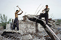 Irak 1992 <br /> Reconstruction d'Halabja, habitants commencant a dégager les gravats<br /> Iraq 1992<br /> Rebuilding Halabja, men among the ruins