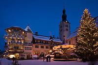 Europe/France/Rhone-Alpes/74/Haute-Savoie/Megève: la place de l'église à la tombée de la nuit