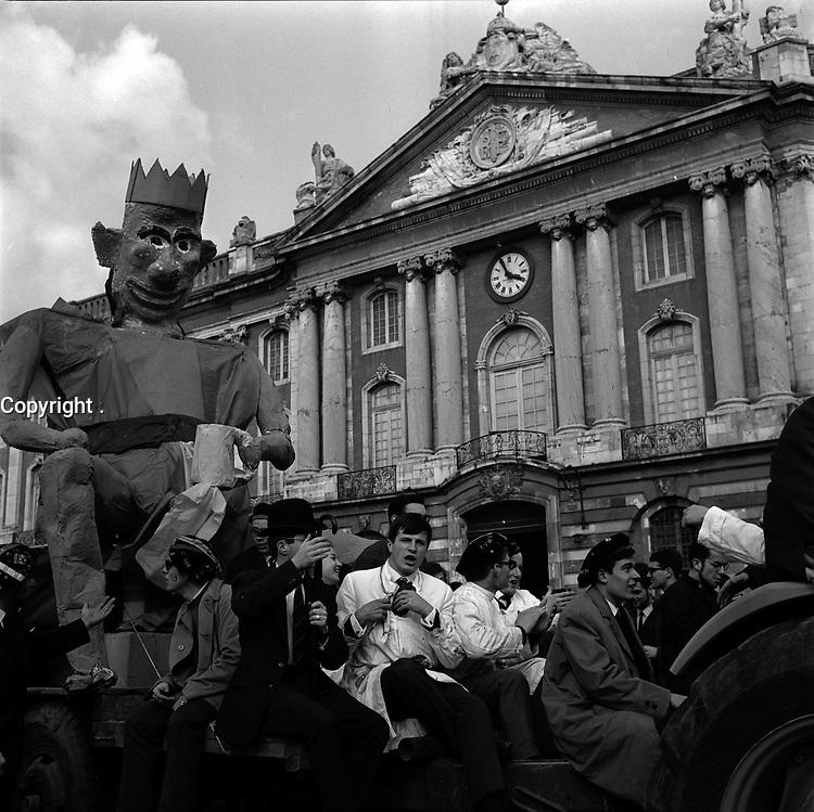 24 mars 1965. Vue d'un défilé avec le Roi Paillard sur un chariot sur la Place du Capitole.