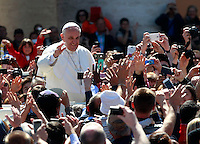 Papa Francesco saluta i fedeli al termine della messa di Pasqua in Piazza San Pietro, Citta' del Vaticano, 20 aprile 2014.<br /> Pope Francis greets faithful at the end of the Easter Mass in St. Peter's Square, Vatican, 20 April 2014.<br /> UPDATE IMAGES PRESS/Isabella Bonotto<br /> <br /> STRICTLY ONLY FOR EDITORIAL USE