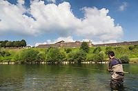France, Aquitaine, Pyrénées-Atlantiques, Béarn, Navarrenx:  Pêcheur de saumon sur le gave d'Oloron  devant l'enceinte bastionnée de Navarrenx //  France, Pyrenees Atlantiques, Bearn, Navarrenx:   Salmon fisherman on the Gave d'Oloron, and  Navarrenx bastion city  <br /> <br /> [Autorisation : 2014-164]