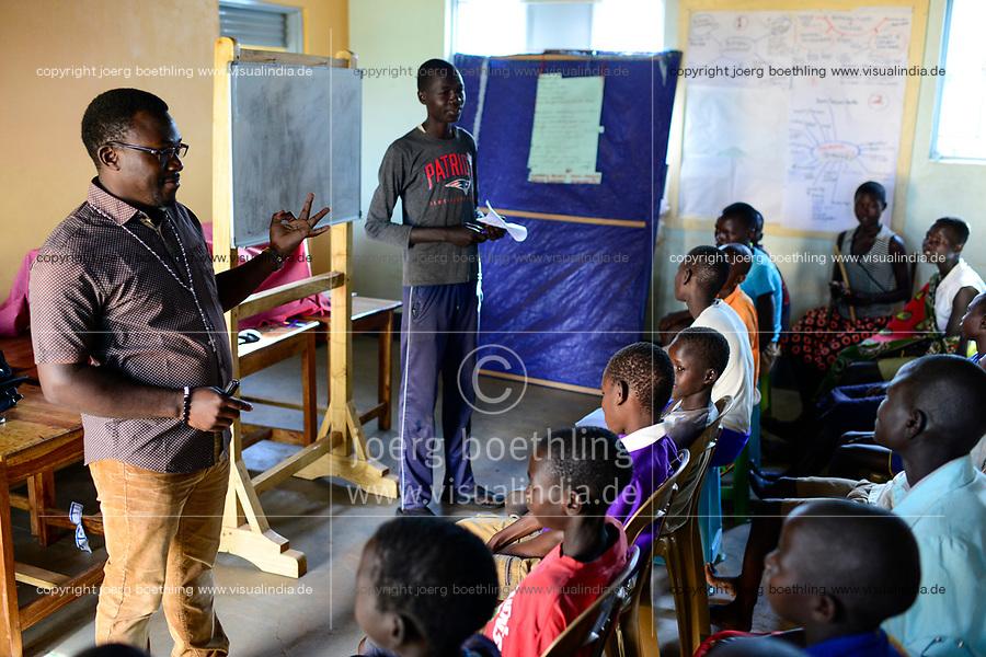 UGANDA, Karamoja, Karamojong Ethnie, Loyoro Parish, katholische Kirche, Klasse Evangelisierung, Lehrer Bernard 19 Jhre