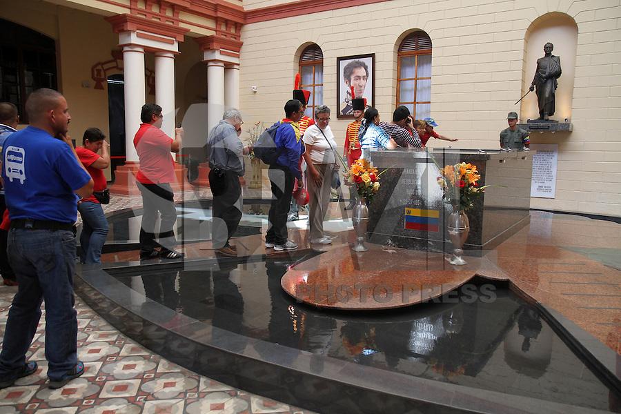 CARACAS, VENEZUELA, 09 ABRIL 2013 -Visitantes ao túmulo de Hugo Chavez, no Quartel da Montanha, em Caracas, Venezuela. O Quartel é um memorial da revolução de 4 de fevereiro e do presidente que morreu em 5 de março. 09.04.2013 FOTO: AMANDA PEROBELLI / BRAZIL PHOTO PRESS.