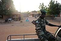 NIGER Zinder, police patrol in village / NIGER Zinder, Dorf BABAN TAPKI, Polizei Streife im Dorf