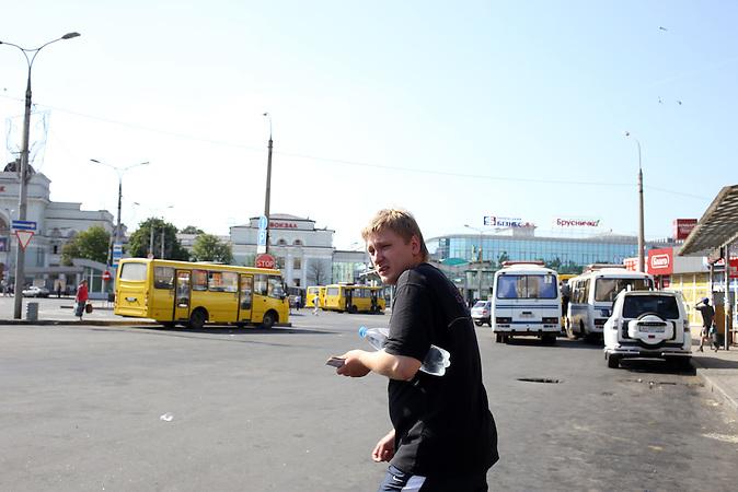 Am 26.05. ist plötzlich Gefechtlärm zu hören bis zum hin zum zentralen Bahnhof in Donezk. Die Menschen schließen die Geschäfte und schauen sorgenfoll zum Himmel.