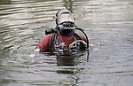 Pix: Shaun Flannery/shaunflanneryphotography.com...COPYRIGHT PICTURE>>SHAUN FLANNERY>01302-570814>>07778315553>>..17th January 1996..South Yorkshire Police underwater search unit pictured on a training exercise on the River Don in Sheffield.