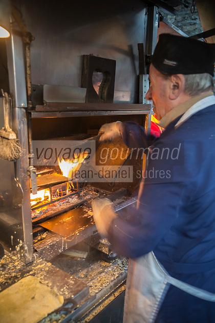 Italie, Val d'Aoste, Bard: Sur le marché de Noël: Cuisson des Miasse , La miassa est une  crêpe locale à base de farine de maïs / Italy, Aosta Valley, Bard:  Christmas market: Cooking Miasse, The Miassa is a local pancake made of cornmeal