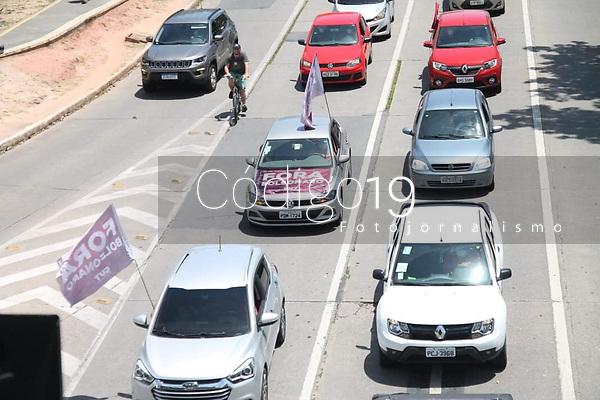 """Recife - PE, 23/01/2021 - Carreata """"Fora Bolsonaro"""" neste sabado (23), no Recife. A Central Unica dos Trabalhadores (CUT), Pernambuco realiza neste sabado (23), uma carreata contra o presidente da Republica, Jair Bolsonaro (Sem partido). A concentracao para o ato teve inicio as 9h, em frente a Fabrica Tacaruna, na Avenida Agamenon Magalhaes, no Recife. Os manifestantes se dirigiram pela Avenida Agamenon Magalhaes, ate o bairro de Boa Viagem, zona sul da cidade. A data marca o Dia Nacional de Mobilizacao, organizado pelas Frentes Brasil Popular e Povo sem Medo, com o apoio da CUT, e contara com atos em varias cidades do Brasil.Os protestos tem tres pautas principais: Vacina Ja e mais recursos para o SUS, a volta do auxilio emergencial e o fora Bolsonaro.. Foto: Pedro de Paula/Codigo 19 (Foto: Pedro De Paula/Codigo 19/Codigo 19)"""