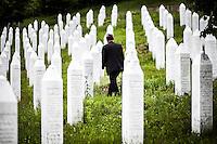 05.06.2013, Potocari ( Srebrenica ) Bosnia Herzegovina<br /> Memorial Center. <br /> Un uomo attravera il campo con le tombe delle vittime <br /> Le oltre 7000 vittime identificate sono sepolte nel cimitero all'interno del Memorial center. <br /> L'esercito Serbo nel 1995 ha massacrato a Srebrenica circa 8.000 tra uomini e ragazzi Musulmani, la piu' grande atrocita' commessa in Europa dalla seconda guerra mondiale. <br /> Foto Insidefoto / EXPA/ Juergen Feichter
