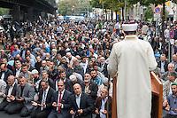 """Der Koordinationsrat der Muslime (KMR) veranstaltete am Freitag den 19. September 2014 deutschlandweit vor Moscheen Kundgebungen unter dem Motto """"Muslime stehen auf gegen Hass und Unrecht"""". Der KMR wandte sich damit gegen die Zunahme von rassistischen und islamophoben Angriffen gegen Muslime und islamische Gotteshaeuser. Seit 2012 gab es mindestens 80 Angriffe gegen Moscheen.<br /> In Berlin wurde zudem vor der Kundgebung das Freitagsgebet vor der Mevlana-Moschee abgehalten. Die Moschee wurde am 11. August 2014 Ziel eines Brandanschlag.<br /> Auf der Kundgebung sprach auch der Vorsitzende der Evangelischen Kirche in Deutschland (EKD), Dr. hc. Nikolaus Schneider. Des Weiteren nahmen Politker der SPD, der Gruenen und der Linkspartei an der Kundgebung teil.<br /> 19.9.2014, Berlin<br /> Copyright: Christian-Ditsch.de<br /> [Inhaltsveraendernde Manipulation des Fotos nur nach ausdruecklicher Genehmigung des Fotografen. Vereinbarungen ueber Abtretung von Persoenlichkeitsrechten/Model Release der abgebildeten Person/Personen liegen nicht vor. NO MODEL RELEASE! Don't publish without copyright Christian-Ditsch.de, Veroeffentlichung nur mit Fotografennennung, sowie gegen Honorar, MwSt. und Beleg. Konto: I N G - D i B a, IBAN DE58500105175400192269, BIC INGDDEFFXXX, Kontakt: post@christian-ditsch.de<br /> Urhebervermerk wird gemaess Paragraph 13 UHG verlangt.]"""