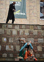 """BOGOTÁ-COLOMBIA-12-04-2014. Presentación de la obra """"Mientras Anzuelo"""", de Cortocinesis de Colombia realizado en frente del Museo Nacional de Colombia y que forma parte de la programación calle del XIV Festival Iberoamericano de Teatro de Bogotá 2014./  Play """"Mientras Anzuelo"""", of Cortocinesis from  Colombia performed in front of National Museum of Colombia as a part of street schedule of the XIV Ibero-American Theater Festival of Bogota 2014.  Photo: VizzorImage/ Gabriel Aponte /Staff"""