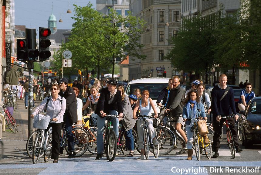 Daenemark, Radfahrer bei Dronning Louises Bro in Kopenhagen