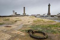 France, Bretagne, (29), Finistère,   Penmarch, Saint-Pierre (Penmarc'h): De gauche à droite, le sémaphore, la « vieille tour », la chapelle Saint-Pierre, le « vieux phare », l'abri du Papa Poydenot   et le phare d'Eckmühl.