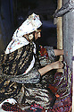 Irak 1973.Femme kurde filant un tapis dans sa maison de Haj Omran.Iraq 1973.Haj Omran: Woman working on a kilim at home