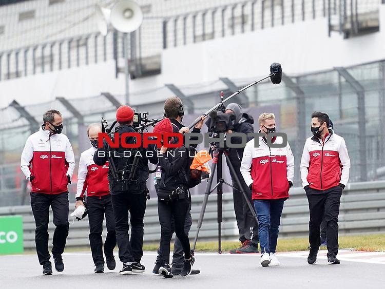08.10.2020, Nürburgring, Nürburg, Formula 1 Aramco Grosser Preis der Eifel 2020<br /> , im Bild<br />Mick Schumacher (Alfa Romeo Racing ORLEN) geht mit seiner Ingenieurin Ruth Buscombe über die Strecke<br /> <br /> Foto © nordphoto / Bratic