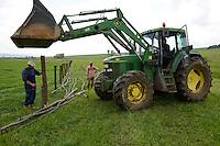 ROMANIA Transylvania  / RUMAENIEN Transsilvanien Siebenbuergen, Dorf Sura Mica, dt. Kleinscheuern, landwirtschaftlicher Betrieb des Buergermeister und Landwirt Cornel Joarza, einzaeunen des Weideland
