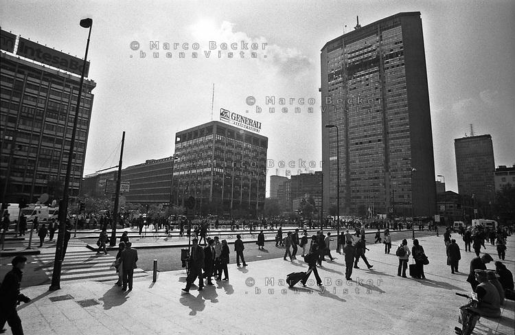 Milano, un piccolo aereo si schianta contro il Grattacielo Pirelli. Veduta di piazza Duca D'Aosta --- Milan, a small plane crashes into the Pirelli skyscraper. View of Duca D'Aosta square