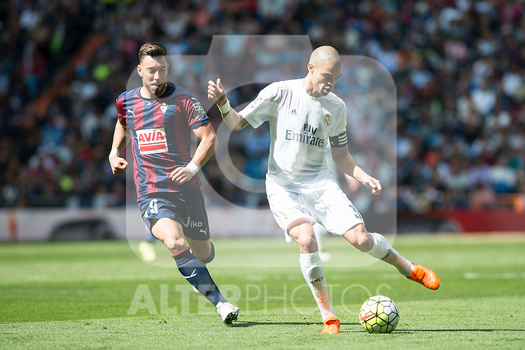 Real Madrid's Pepe and Sociedad Deportiva Eibar's Sergi Enrich during La Liga match. April 09, 2016. (ALTERPHOTOS/Borja B.Hojas)