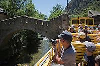 Europe/France/Languedoc-Roussillon/66/Pyrénées-Orientales/Conflent/Villefranche-de-Conflent: Le Train jaune de Cerdagne passe devant la ville fortifiée par Vauban