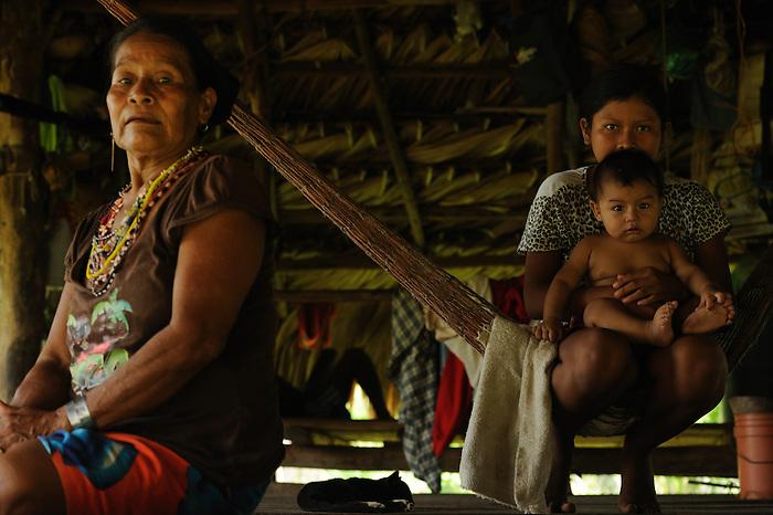 Indígenas emberá / comunidad indígena emberá, Panamá.<br /> <br /> Familia en cabaña.