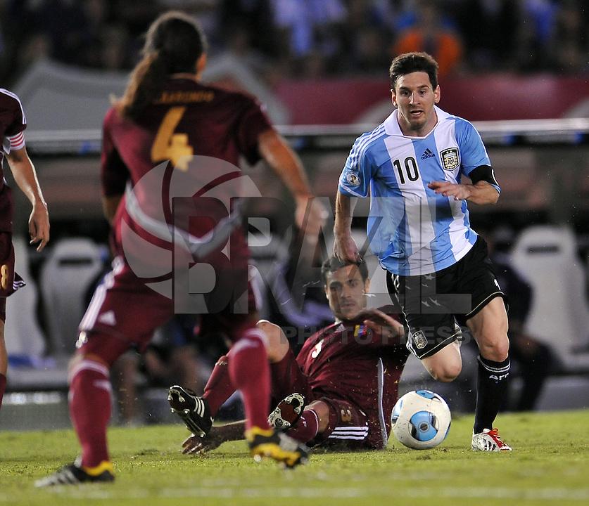 BUENOS AIRES, ARGENTINA, 22 MARÇO 2013 - COPA 2014 - ELIMINATORIAS SUL-AMERICANA - ARGENTINA X VENEZUELA - Lionel Messi (D) jogador da Argentina durante partida contra a Venezuela em partida pela 11 rodada das eliminatórias sul-americana para a Copa do Mundo de 2014 no Estádio Monumental de Núñes em Buenos Aires capital da Argentina, na noite desta sexta-feira, 22. (FOTO: JUANI RONCORONI / BRAZIL PHOTO PRESS).
