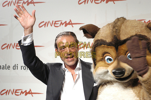 "LUCA WARD.attends a photocall to promote the movie ""La Gand De Bosco"" on the eighth day of Rome Film Festival (Festa Internazionale di Roma) in Rome, Italy, October 20th 2006..half length hand waving animal character costume.Ref: CAV.www.capitalpictures.com.sales@capitalpictures.com.©Luca Cavallari/Capital Pictures."