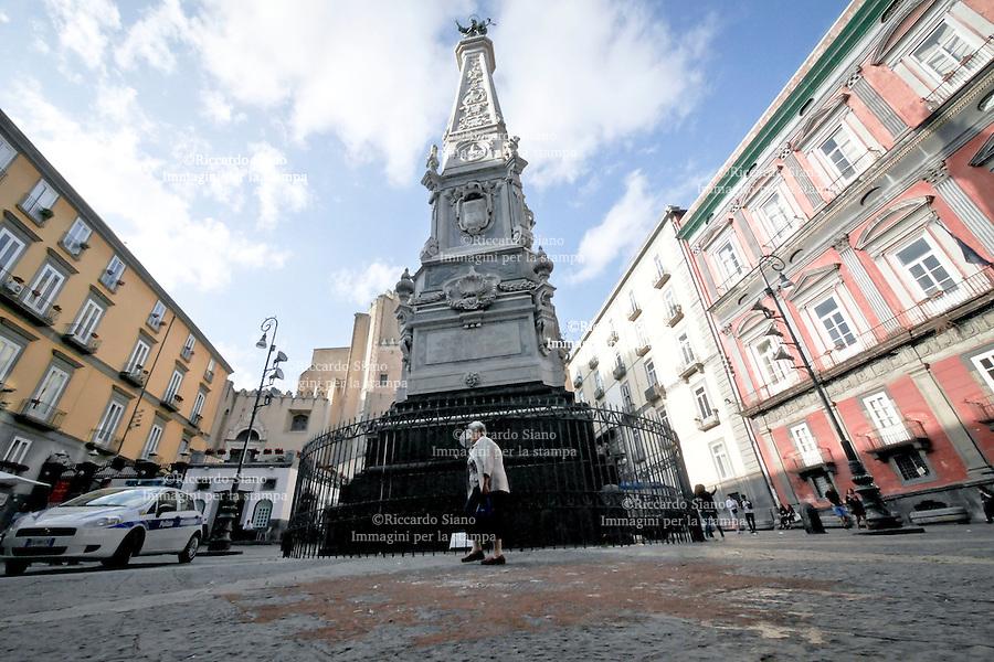 - NAPOLI 22 OTT 2014 -  Una macchia di fluido colloso ricoperto dalla sabbia  sotto la guglia di Piazza San Domenico Maggiore