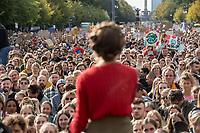 """Bis zu 270.000 Menschen demonstrierten am Freitag den 20. September 2019 in Berlin gegen die Klimapolitik der Bundesregierung und Industrie.<br /> Aufgerufen zu dem weltweit an diesem Tag stattfindenden """"Klimastreik"""" hatte die Schuelerorganisation """"Fridays for Future"""".<br /> Im Bild: Clara Marisa Mayer von Fridays for Future-Berlin.<br /> 20.9.2019, Berlin<br /> Copyright: Christian-Ditsch.de<br /> [Inhaltsveraendernde Manipulation des Fotos nur nach ausdruecklicher Genehmigung des Fotografen. Vereinbarungen ueber Abtretung von Persoenlichkeitsrechten/Model Release der abgebildeten Person/Personen liegen nicht vor. NO MODEL RELEASE! Nur fuer Redaktionelle Zwecke. Don't publish without copyright Christian-Ditsch.de, Veroeffentlichung nur mit Fotografennennung, sowie gegen Honorar, MwSt. und Beleg. Konto: I N G - D i B a, IBAN DE58500105175400192269, BIC INGDDEFFXXX, Kontakt: post@christian-ditsch.de<br /> Bei der Bearbeitung der Dateiinformationen darf die Urheberkennzeichnung in den EXIF- und  IPTC-Daten nicht entfernt werden, diese sind in digitalen Medien nach §95c UrhG rechtlich geschuetzt. Der Urhebervermerk wird gemaess §13 UrhG verlangt.]"""