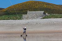 Europe/France/Normandie/Basse-Normandie/50/Manche/Cap de la Hague/Vauville: Speed sail dans l' Anse de Vauville et Fort de Vauville  //  France, Manche, Cotentin, La Hague, Vauville: Anse de Vauville and Vauville's Fort
