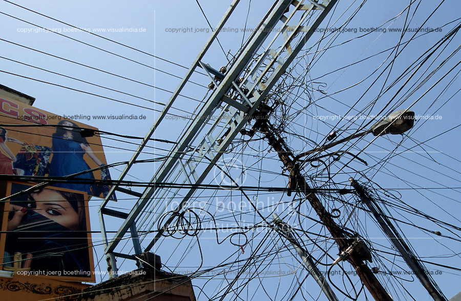INDIA Kochi, electric grid / INDIEN Kerala Cochin , Strommast mit vielen Leitungen