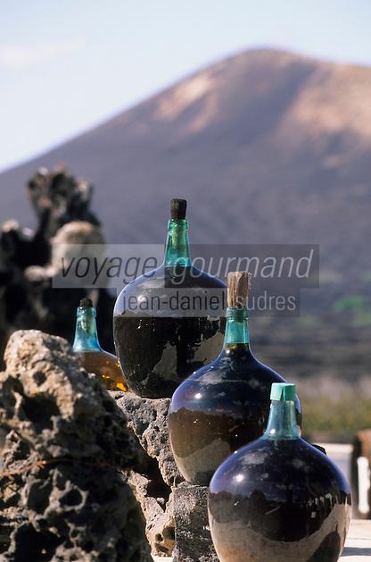 Europe/Espagne/Iles Canaries/Lanzarote : Dans une bodega de la Geria Bonbonnes de vin blanc doux de Malvoisie, Malvasia