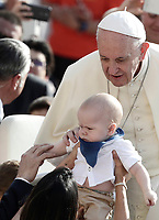 Papa Francesco accarezza un bambino al suo arrivo all'udienza generale del mercoledi' in Piazza San Pietro, Citta' del Vaticano, 30 agosto, 2017.<br /> Pope Francis caresses a baby as he arrives to lead his weekly general audience in St. Peter's Square at the Vatican on August 30, 2017.<br /> UPDATE IMAGES PRESS/Isabella Bonotto<br /> <br /> STRICTLY ONLY FOR EDITORIAL USE
