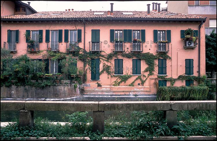 Milano, quartiere Gorla. Palazzo lungo il Naviglio Martesana --- Milan, Gorla district. Building along the canal Naviglio Martesana