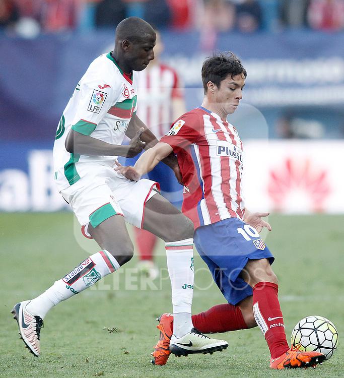 Atletico de Madrid's Oliver Torres (r) and Granada Club de Futbol's Abdoulaye Doucoure during La Liga match. April 17,2016. (ALTERPHOTOS/Acero)