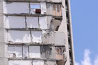 """MEDELLÍN - COLOMBIA, 18-10-2013. Aspecto de las labores de rescate en el conjunto Space en Medellín.  La Alcaldía y las autoridades de la ciudad de Medellín, conjuntamente con los ingenieros de Lérida CDO SA alertaron que la Torre 5 del edificio residencial Space, contigua a la Torre 6, que se desplomó el sábado por la noche, presenta """"riesgo inminente de colapso"""". Según la Alcaldía de Medellín, un comité técnico encargado de hacer la evaluación del estado de la unidad residencial Space en el acomodado barrio El Poblado analizó este lunes la situación y concluyó que la Torre 5 puede derrumbarse en cualquier momento porque tiene fracturas en dos columnas. (Foto: VizzorImage / Luis Rios / Str) Aspect of the rescue works on the Space building in Medellin. The Mayor and the authorities of the city of Medellin, in conjunction with engineers from Lérida CDO SA warned that the tower 5 Space residential building, adjacent to the Tower 6, which collapsed on Saturday night, presents """"imminent risk of collapse """". According to the Mayor of Medellin, a technical committee to assessing the state of the housing units in the affluent Space Poblado Monday analyzed the situation and concluded that the Tower 5 may collapse at any moment because it has broken in two columns (Photo: VizzorImage / Luis Rios / Str)"""