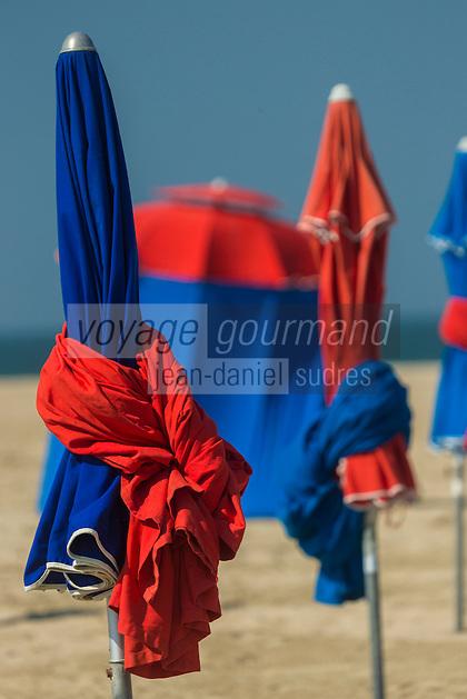 France, Calvados (14), Côte Fleurie, Deauville, la plage et ses parasols    // France, Calvados, Côte Fleurie, Deauville, the beach ,  its beach umbrellas