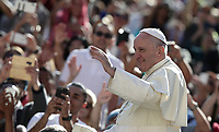Papa Francesco saluta i fedeli al suo arrivo all'udienza generale del mercoledi' in Piazza San Pietro, Citta' del Vaticano, 11 settembre 2019.<br /> Pope Francis waves to faithful as he arrives to lead his weekly general audience in St. Peter's Square at the Vatican, on September 11, 2019.<br /> UPDATE IMAGES PRESS/Isabella Bonotto<br /> <br /> STRICTLY ONLY FOR EDITORIAL USE