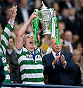 :: CELTIC'S SCOTT BROWN LIFTS THE 2011 SCOTTISH CUP AFTER THEIR 3-0 WIN OVER MOTHERWELL ::