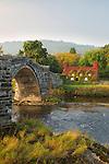 United Kingdom, Wales, Conwy, Llanrwst, Snowdonia: Conwy River with Tu Hwnt i'r Bont tearoom and Pont Fawr (Big Bridge) in Autumn | Grossbritannien, Wales, Conwy, Llanrwst, Snowdonia: Conwy River mit Tu Hwnt i'r Bont Tea-Room und Pont Fawr (Big Bridge) im Herbst