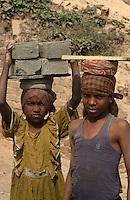 INDIA Westbengal, dalit children work in brick industry near Kolkata / INDIEN Dalit Kinder arbeiten in Ziegelei bei Kalkutta