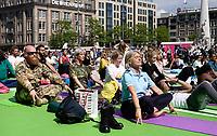Nederland  Amsterdam - 2019.   International Day of Yoga. Internationale Yogadag op de Dam in Amsterdam. Militairen en Marechaussee doen mee met de oefeningen. Foto mag niet in negatieve / schadelijke context gepubliceerd worden.   Foto Berlinda van Dam / Hollandse Hoogte