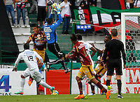 MANIZALES - COLOMBIA -23-02-2014: Jose F. Cuadrado (Der.) jugador de Once Caldas, disputa el balón Cesar Amaya (Izq.) jugador de Deportes Tolima durante  partido de la fecha séptima por la Liga de Postobon I 2014 en el estadio Palogrande en la ciudad de Manizales. /  Jose F. Cuadrado (R) of Once Caldas, figths the ball with Cesar Amaya (L), of Deportes Tolima during a match for seventh date of the Liga de Postobon I 2014 at the Palogrande stadium in Manizales city. Photo: VizzorImage  / Santiago Osorio / Str.