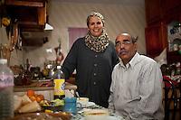 Tunisia, Sidi Bouzid, il dopo rivoluzione. Interno di un'appartamento. Ritratto della famiglia che vi abita nella loro cucina.