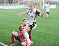 Dames Zulte-Waregem - Telstar : Catherine Szynal met de tackle op Claudia Van Den Heiligenberg (r).foto DIRK VUYLSTEKE / Vrouwenteam.be