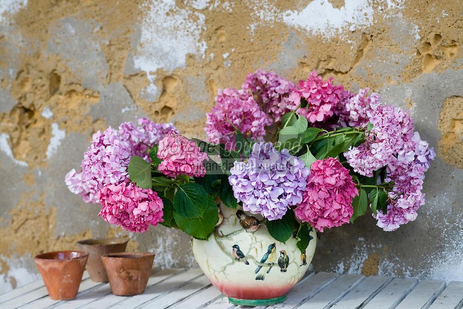 Europe/France/Aquitaine/40/Landes/ Chalosse/ Gaujacq: le Château - détail d'un bouquet de fleurs d'hortensias  sur une table de la galerie du jardin intérieur