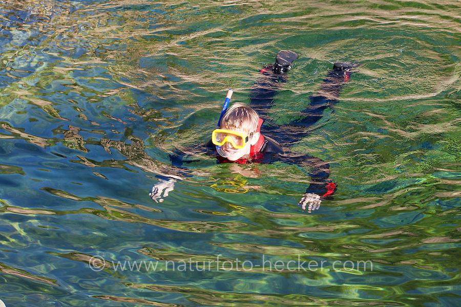 Kind, Junge schnorchelt in einem kristallklaren Bach, Schnorcheln, Tauchen, Schwimmen. Child, boy snorkeling in a crystal clear stream, snorkeling, diving, swimming.