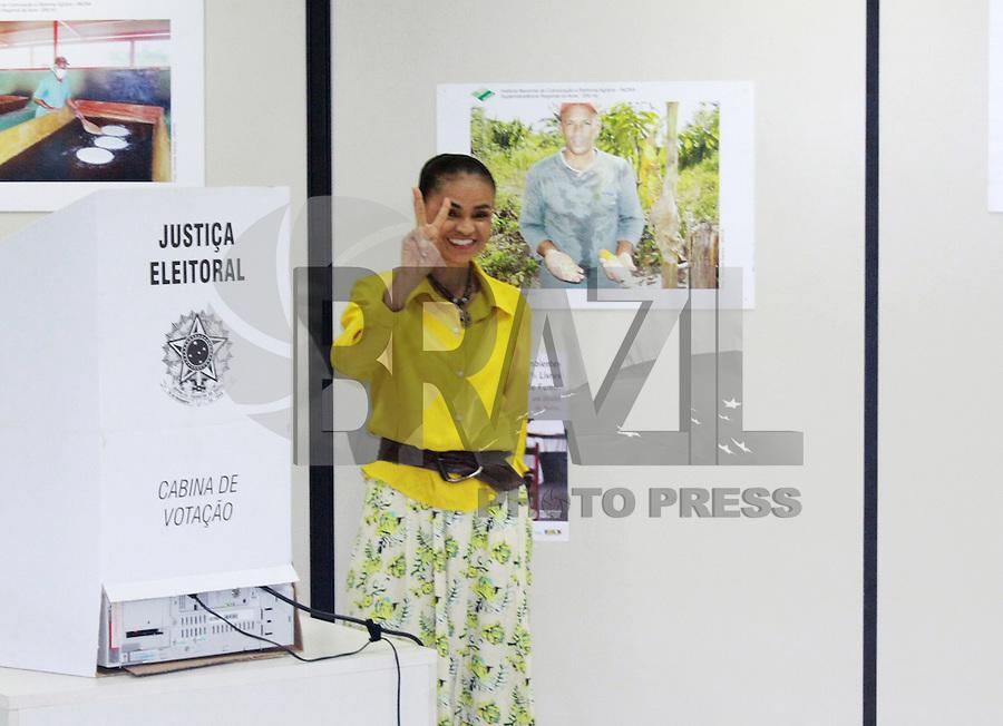 RIO BRANCO, AC, 05.10.2014 - ELEICOES 2014 / MARINA SILVA - A candidato do PSB à Presidente, Marina Silva (c), acompanhada de correligionários, durante votação na sede do Incra, em Rio Branco (AC), neste domingo. (Foto: Raymundo Freitas / Brazil Photo Press).